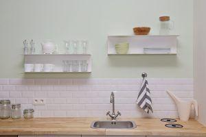 Aranżacja kuchni w stylu rustykalnym? Gładkie płytki będą idealne!